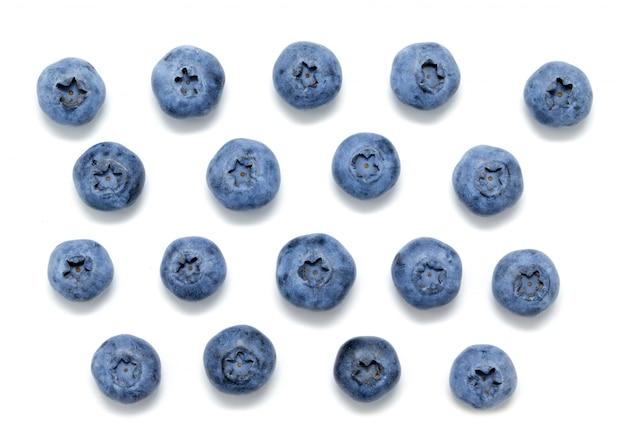 Frische blaubeeren lokalisiert auf weiß