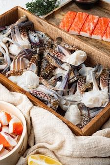 Frische blaue schwimmende krabbe pferdekrabbe, blaue krabbe, blumenkrabbenkrallen gesetzt, auf weißem hintergrund