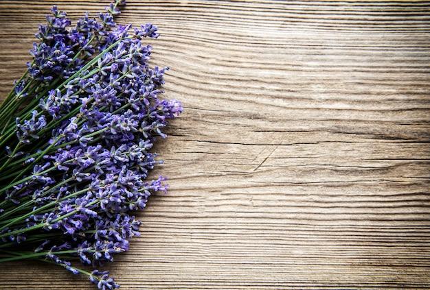 Frische blumen des lavendelstraußes, draufsicht auf altem hölzernem hintergrund