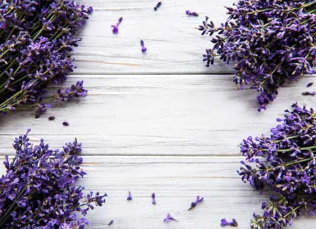 Frische blumen des lavendelstraußes, draufsicht auf weißem holztisch