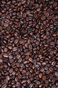 Frische braune kaffeebohnen textur der gerösteten trinkfertigen nahaufnahme.