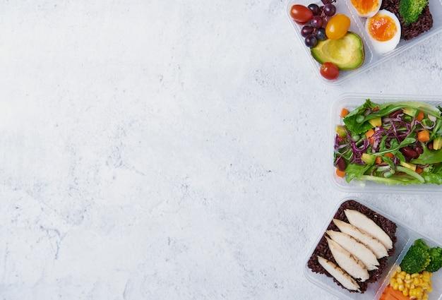 Frische brotdose der gesunden diät mit gemüsesalat auf tabelle