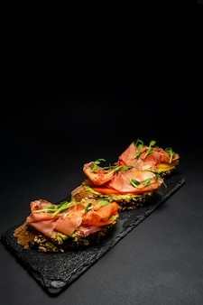 Frische bruschetta mit garnelen, käse, schinken und microgreens