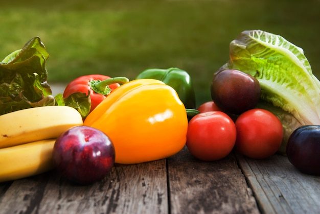 Frische bunte gemüsebestandteile fo-strengen vegetariers und gesundes cookingsalad, die auf rustikaler, draufsicht machen ,. copyspace.