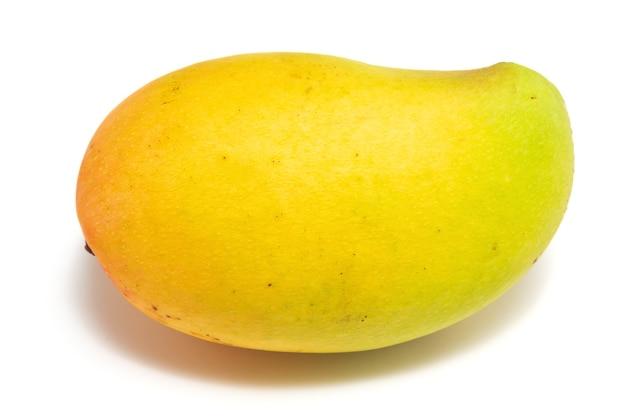 Frische bunte mango auf weißem hintergrund.