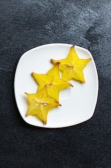 Frische carambola-sternfrucht in essfertige scheiben geschnitten