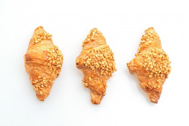 Frische croissants mit erdnuss isoliert auf weißer oberfläche