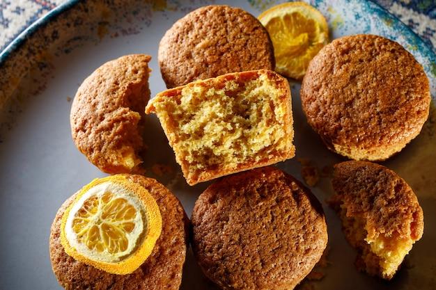 Frische cupcakes auf einem teller.