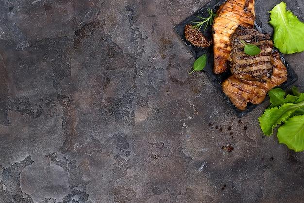 Frische drei arten gegrilltes steak auf schieferplatte mit kräutern