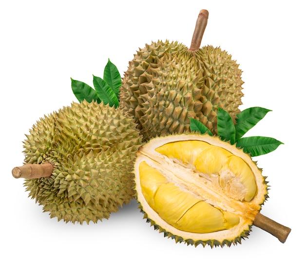 Frische durianfrüchte mit blättern lokalisiert auf weißer oberfläche