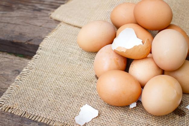 Frische eier auf hölzernem hintergrund