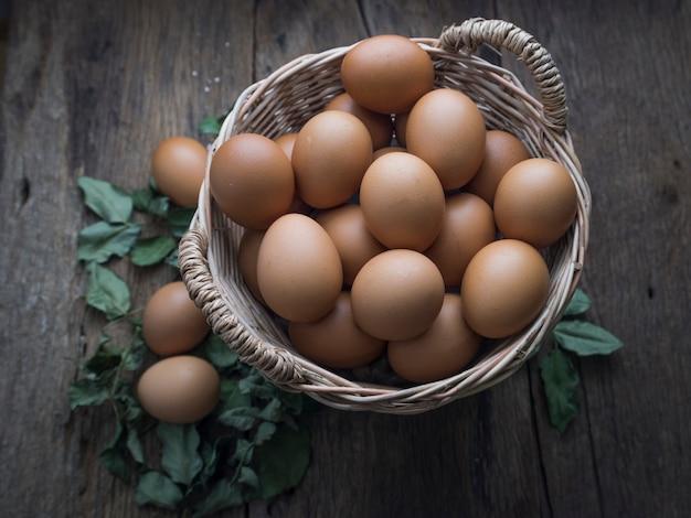 Frische eier im korb