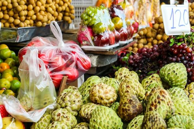 Frische einige früchte auf straßenlebensmittel in ländlichem des lokalen marktes