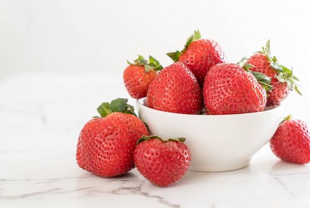 Frische erdbeere auf dem tisch