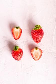 Frische erdbeere auf einem weißen hintergrund