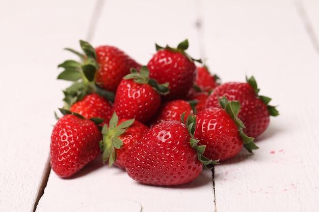 Frische erdbeere auf einer weißen tabelle