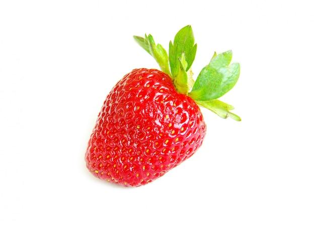 Frische erdbeere auf weißer wand