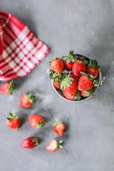 Frische erdbeere in einer schüssel von der draufsicht