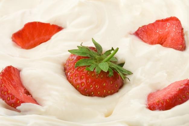 Frische erdbeere in saurer sahne