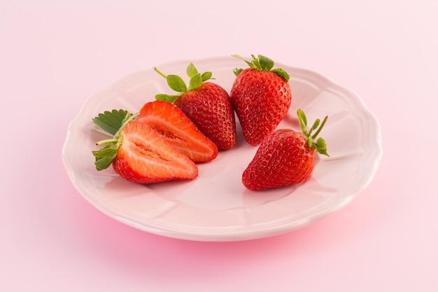 Frische erdbeere lokalisiert auf einer rosa oberfläche