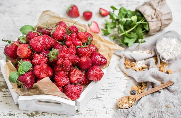 Frische erdbeeren auf einem holztablett