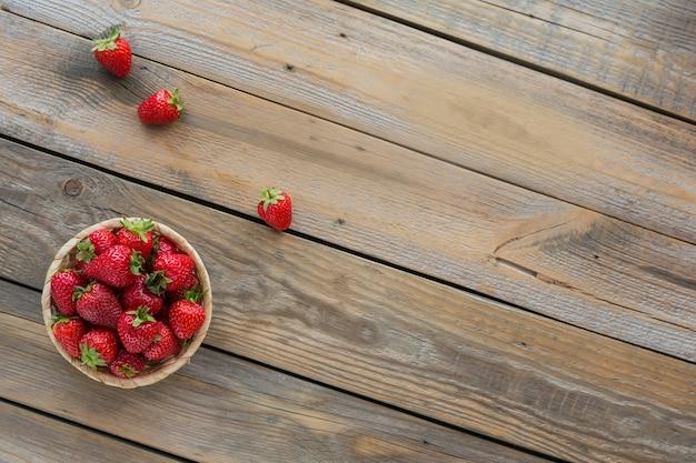Frische erdbeeren auf korb draufsicht