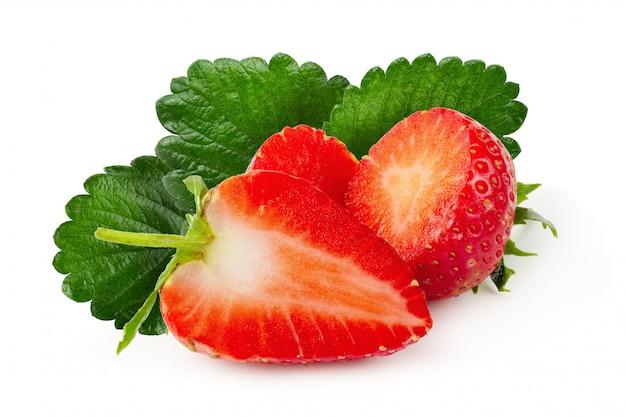Frische erdbeeren getrennt über einem weißen hintergrund