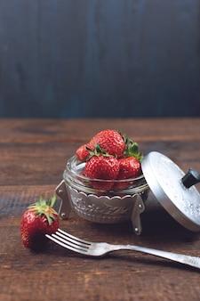 Frische erdbeeren in der metallplatte