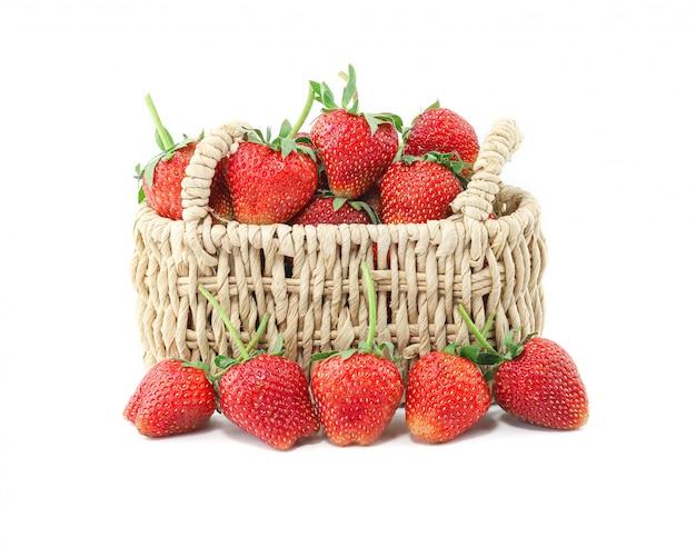 Frische erdbeeren in einem geflochtenen korb