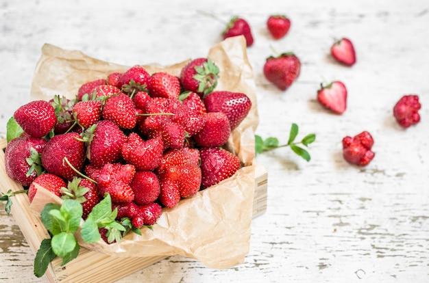 Frische erdbeeren in einer holzkiste, konzept der frischen sommerbeeren