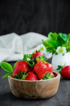 Frische erdbeeren in einer holzschale