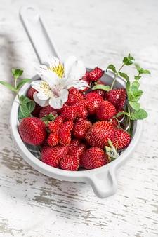 Frische erdbeeren in einer schüssel zum waschen