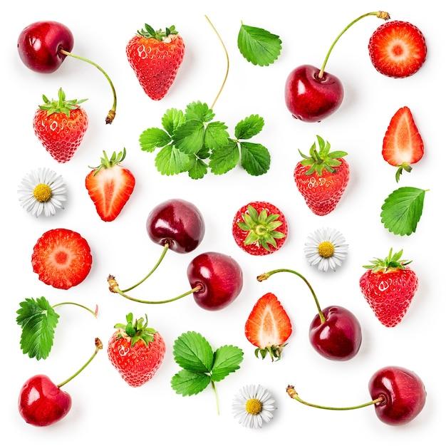 Frische erdbeeren, kirschen und blätter kompositionssammlung isoliert auf weißem hintergrund. gesundes essen und diätkonzept. frühlingsfrüchte anordnung. draufsicht, flache lage, gestaltungselement