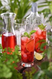Frische erdbeeren kombiniert mit frischem saft und tequila dieser mojito-cocktail