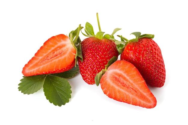 Frische erdbeeren lokalisiert auf einem weißen isoliert