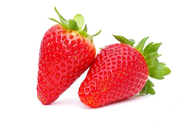 Frische erdbeeren mit grünen blättern