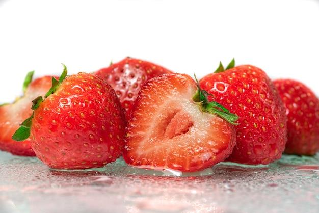 Frische erdbeeren nahaufnahme in einem schnitt auf weißem hintergrund