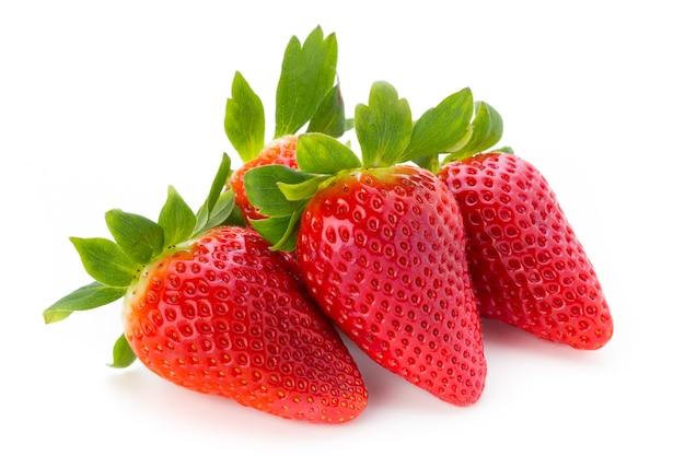 Frische erdbeeren schließen oben auf weißem hintergrund.