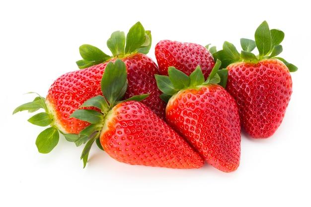 Frische erdbeeren schließen oben isoliert