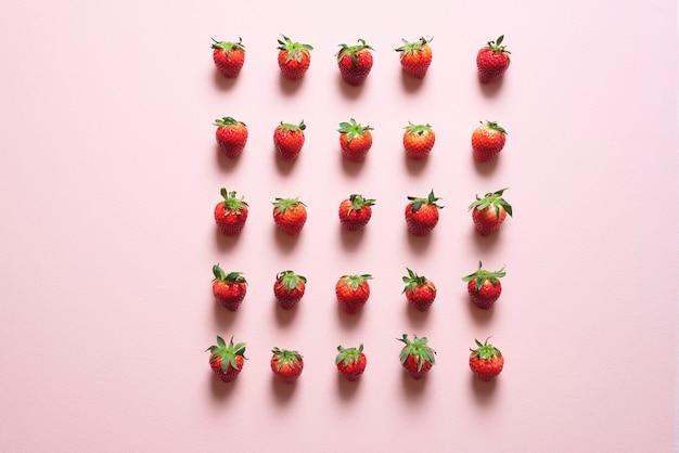 Frische erdbeeren symmetrisch auf dem tisch ausgerichtet