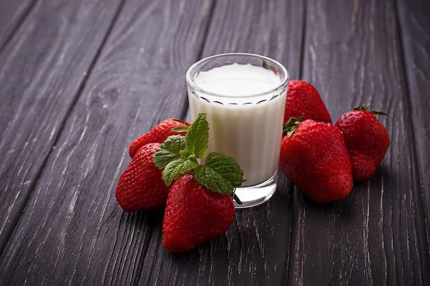 Frische erdbeeren und glas milch
