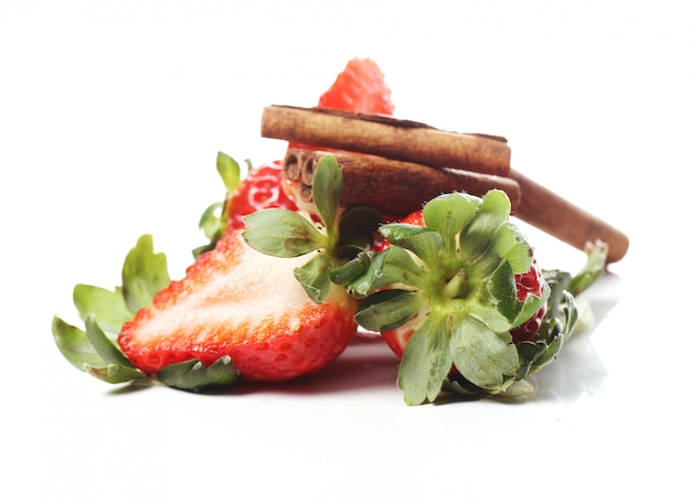 Frische erdbeeren und zimtstangen