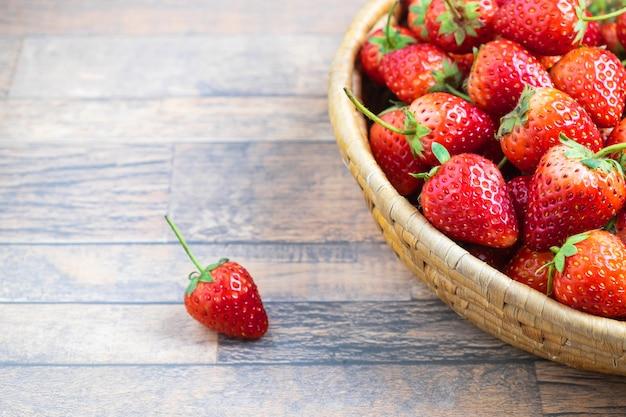 Frische erdbeerfrucht in einem korb