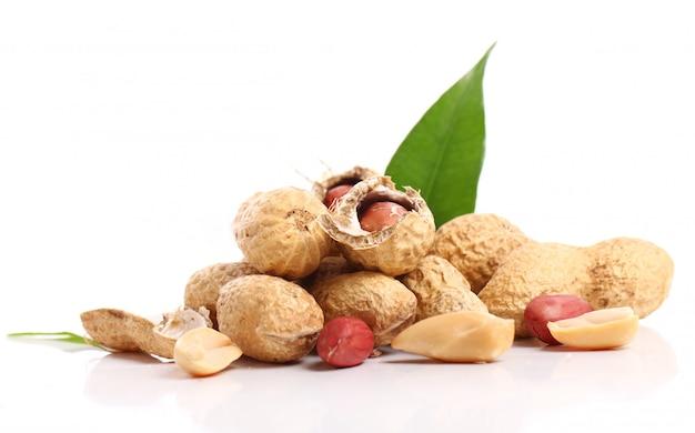 Frische erdnüsse auf weiß