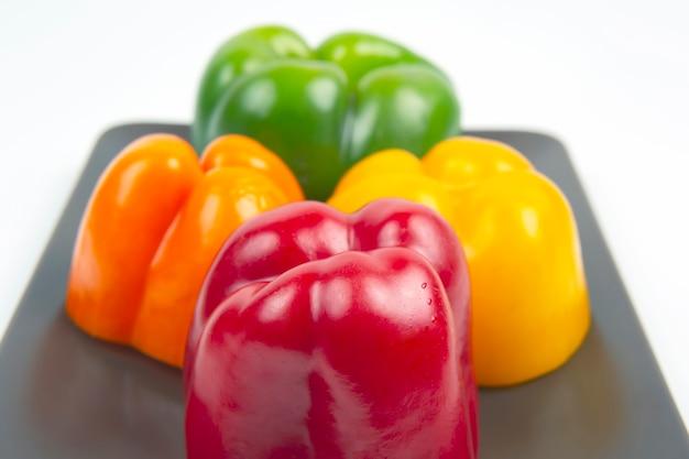 Frische farbige paprika auf einem weißen hintergrund. vitamin gesunde nahrung.