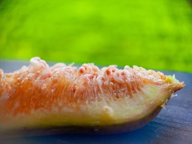 Frische feige fruchtfleisch makro weichzeichner nahaufnahme bio-lebensmittel schöner hintergrund ernte feigen sha...