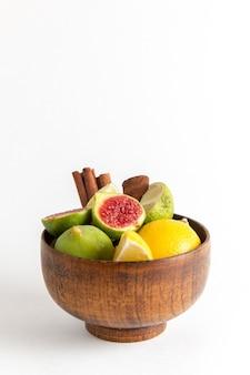 Frische feigen der vorderansicht innerhalb des braunen topfes auf der weißen oberfläche frucht milder seet baumpflanze sommer frisch