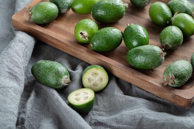 Frische feijoa-früchte auf holzbrett