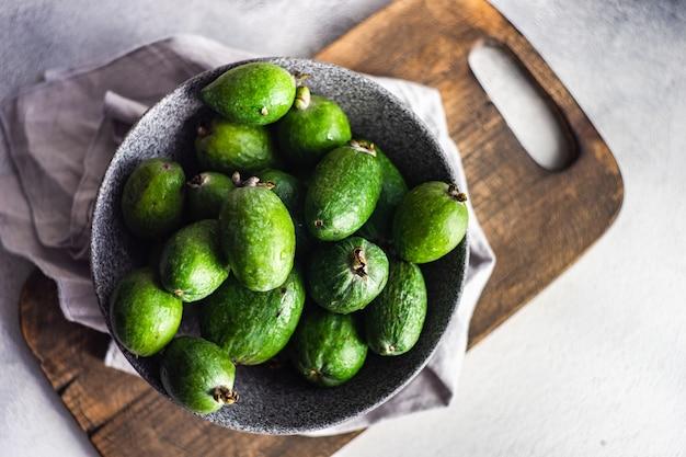 Frische feijoa-früchte in der schüssel sind essfertig