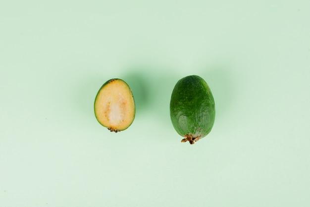 Frische feijoa früchte mit scheiben